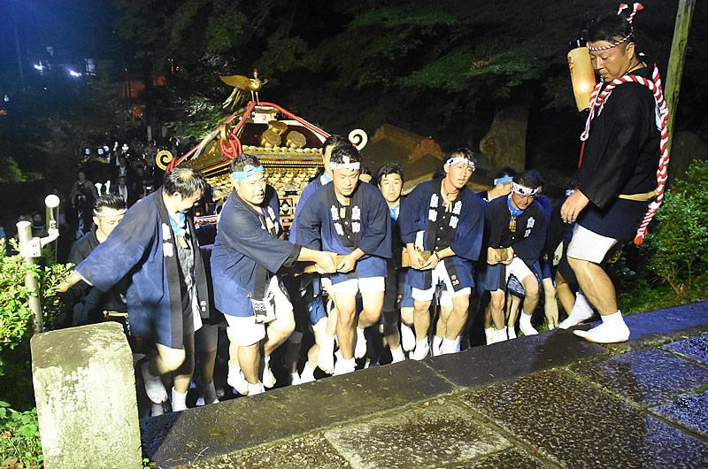還御で八雲神社にみこしを戻す泉町若衆