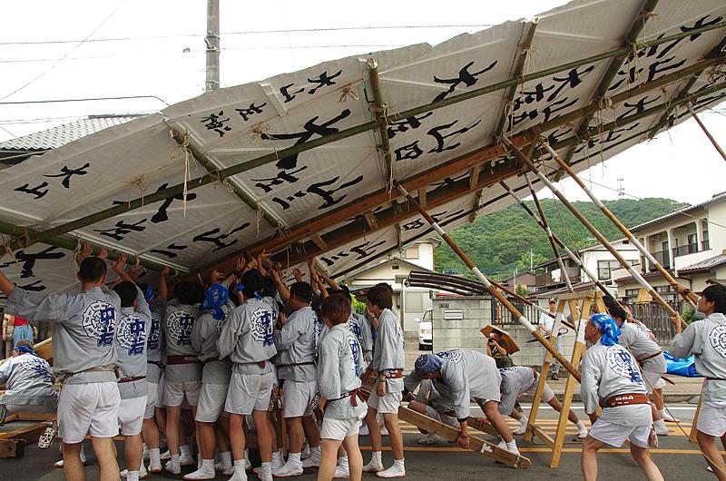 10メートルもの大山を人力で上げる若衆
